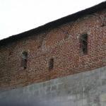 кремль построен из белого тесанного известника и красного кирпича.JPG